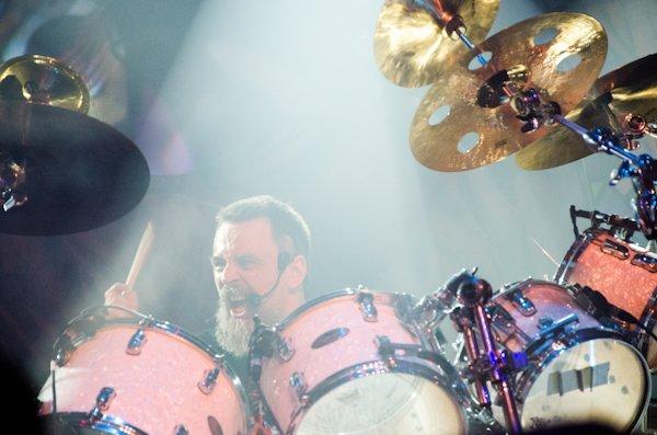 "MX: assista vídeo com os takes de bateria de ""Behind His Glasses"" em show de 2012"