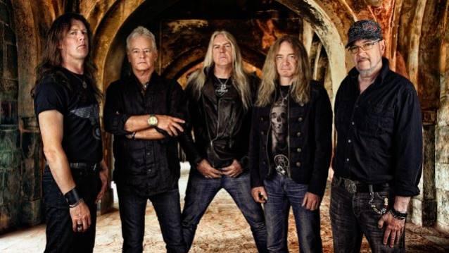 """Saxon: lyric video para versão orquestrada de """"The Eagle Has Landed"""""""