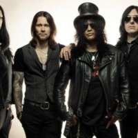 "Slash: divulgado lyric video para ""World on Fire"", faixa que batiza o novo disco do guitarrista"