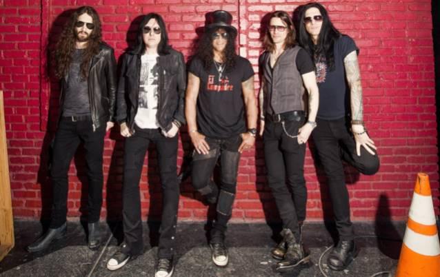 """Slash: ouça a versão completa da faixa-título de """"World on Fire"""""""