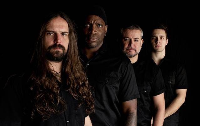 Read more about the article Sepultura: mais detalhes do CD/DVD/Blu-ray com o Tambours Du Bronx no Rock in Rio