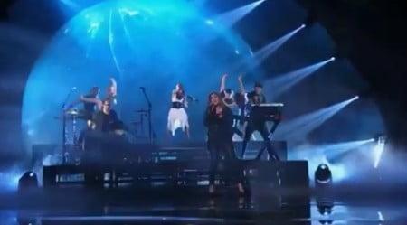 "Lzzy Hale e a violinista Lindsey Stirling no palco do ""America's Got Talent"""