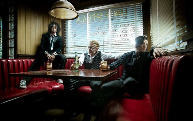 "Sixx A.M.: ouça o cover do trio para a música ""Drive"", do The Cars"