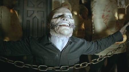 "O vocalista Corey Taylor apresenta sua nova máscara no clipe de ""The Devil in I"""