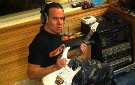 O guitarrista Markus Toivonen em estúdio