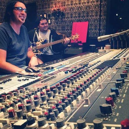 """O produtor Michael """"Elvis"""" Baskette e Wolfgang VH ao fundo (Foto: reprodução do Facebook)"""