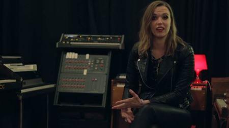A vocalista e guitarrista Lzzy Hale em estúdio (Foto: reprodução)