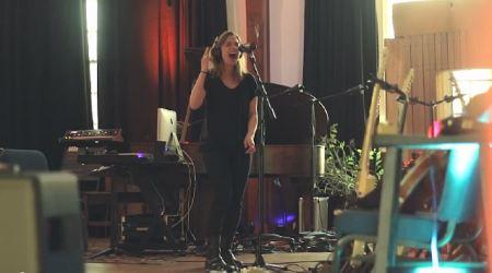Lzzy Hale em estúdio (Foto: reprodução)