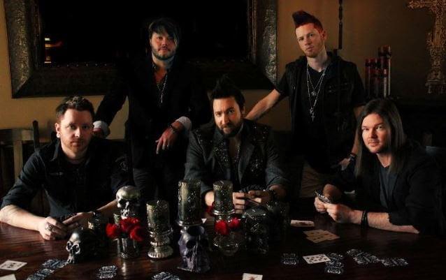 Hinder: banda volta com novo single e gravadora