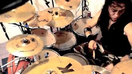"""O novo baterista Alexis Von Kraven no vídeo de """"Higher"""" (Foto: reprodução)"""