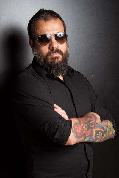 "Read more about the article Leandro Caçoilo: vocalista lança lyric vídeo de ""Hot Mama"" com a banda Lou Herr"