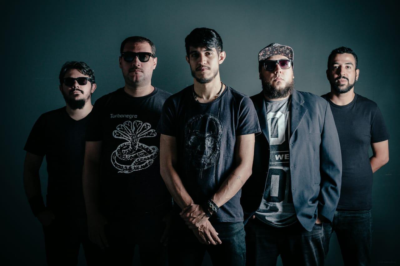 """Read more about the article Versares retrata a trajetória da banda em videoclipe de """"Outubro""""; assista"""
