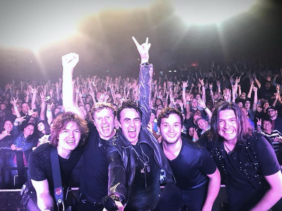 Alírio Netto: fãs do Queen Extravaganza elogiam vocalista em site oficial do Queen