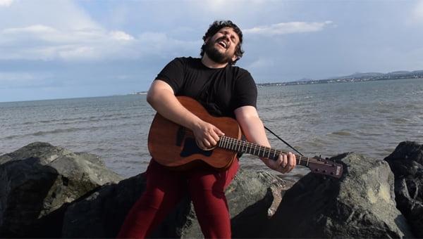 "Read more about the article Berg Menezes lança videoclipe da música ""Saia dessa Ilha"""