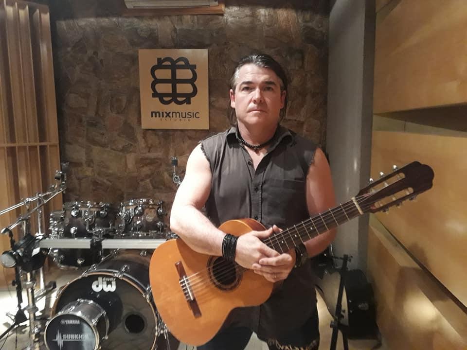 Evals Mess Acoustic lança sétima canção que estará em seu primeiro álbum